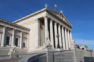 der griechische Kriegsberichterstatter Thukydides vor dem österreichischen Parlament in Wien (Mitte)